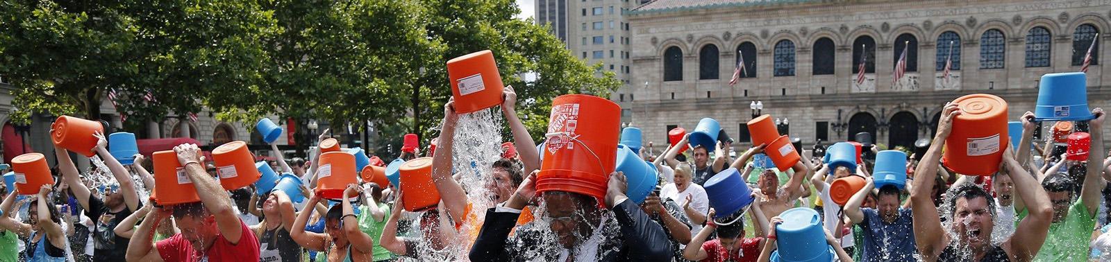 """La """"sfida del secchio d'acqua ghiacciata"""", la Ice Bucket Challenge"""